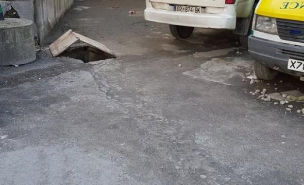Fotolajm : Gropa para hyrjes në repartin e fëmijëve në QKMF -Mitrovicë rrezik për nënat, fëmijët edhe kalimtarët e rastit