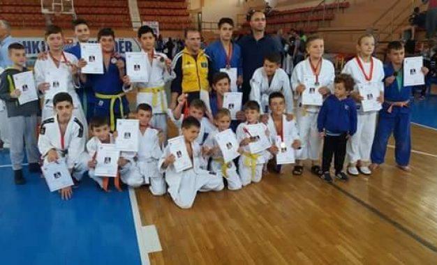 Xhudistët e Trepçës kanë shkëlqyer edhe midis Shkodrës – fituan plotë 17 medalje, 7 të arta, 3 argjendi dhe 7 bronzi
